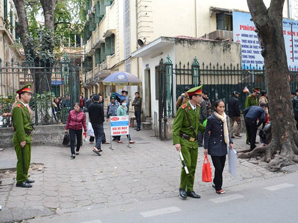 CSBC CATP Hà Nội làm nhiệm vụ bảo vệ an ninh trật tự, giúp đỡ các bệnh nhân trước cổng bệnh viện K, Quán Sứ, Hà Nội