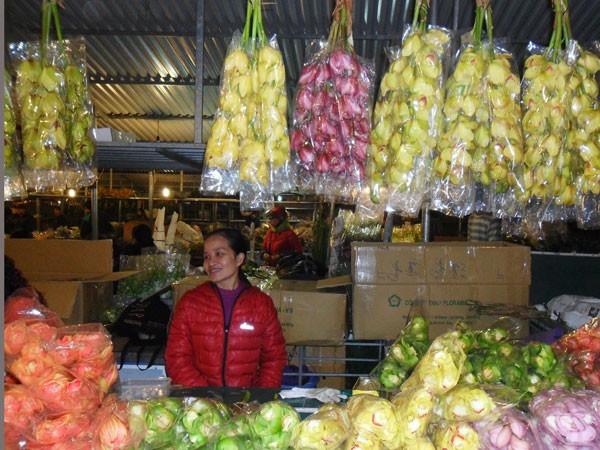 Chủ cửa hàng hoa lan như xua tan đi nỗi mệt nhọc thức trọn đêm khi cửa hàng đông khách