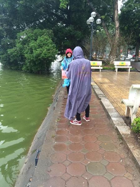 Người Hà Nội đội mưa lạnh thả cá chép tiễn ông Công, ông Táo ảnh 2