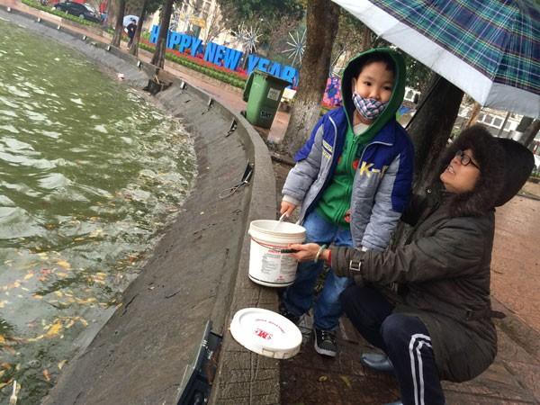 Người Hà Nội đội mưa lạnh thả cá chép tiễn ông Công, ông Táo ảnh 3