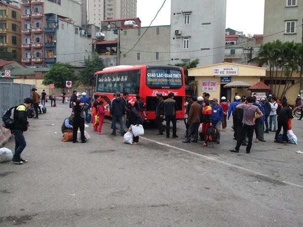 Sau một chặng đi dài người dân xuống xe và chờ lấy hành lý của mình