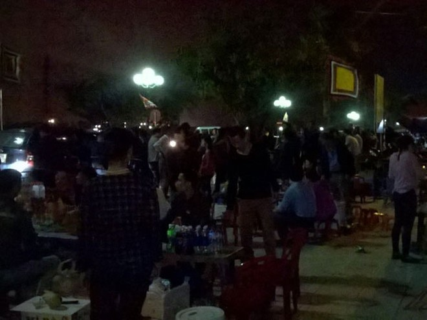 Tầm 20h trước đền Trần lượng khách rất đông, hàng quán kín chỗ ngồi