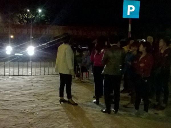 Du khách vào thăm đền Trần khi trời đã bắt đầu tối