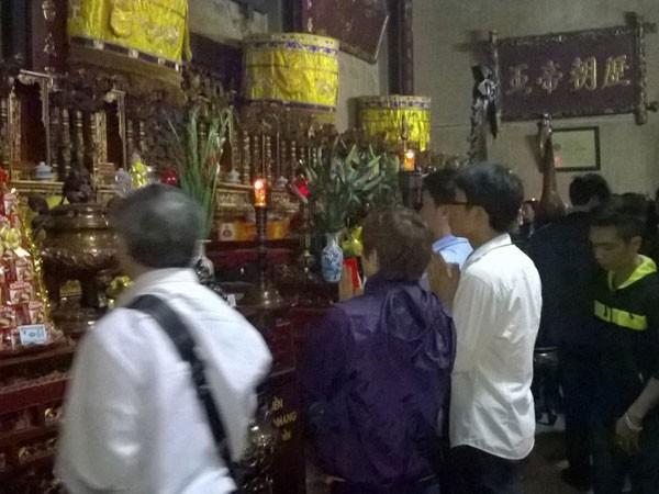 Trắng đêm đi lễ đền Trần cầu may mắn, bình an ảnh 5