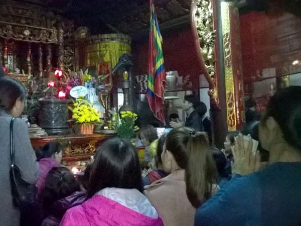 Trắng đêm đi lễ đền Trần cầu may mắn, bình an ảnh 6