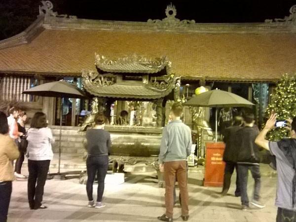 Trắng đêm đi lễ đền Trần cầu may mắn, bình an ảnh 3