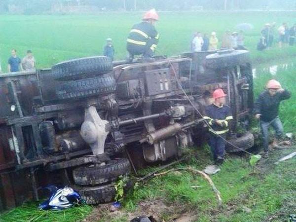 Hiện trường nơi chiếc xe lật xuống ruộng sau khi gây tai nạn