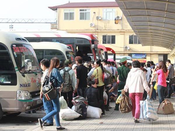 Rất đông người chờ xe tại bến xe Giáp Bát và bến xe Mỹ Đình