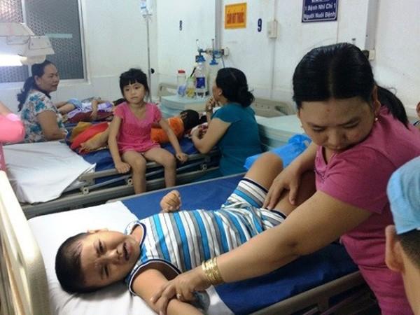 Các em đang được cấp cứu tại Bệnh viện Nhi đồng TP Cần Thơ
