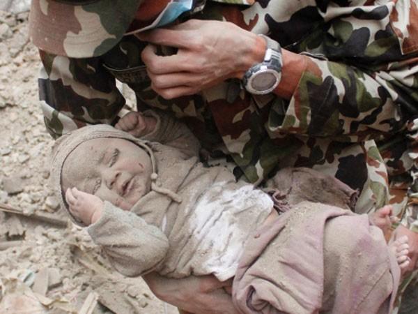 Một bé trai 5 tháng tuổi được cứu sống sau gần hai ngày bị chôn vùi