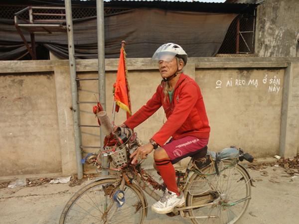 Chiếc xe đạp đặc chủng của cụ ông không bao giờ cắt tóc ảnh 2