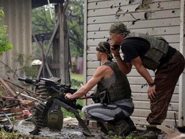 Binh sỹ Ukraine đụng độ với lực lượng dân quân ở thị trấn Mariinka