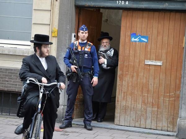 Cảnh sát Bỉ đứng gác bên ngoài một nhà thờ của người Do Thái