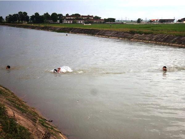 Người dân thường tập bơi và tắm mát ở sông đào