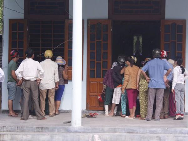 Nhiều người đã đến chia buồn cùng gia đình nạn nhân trong buổi sáng 10-10