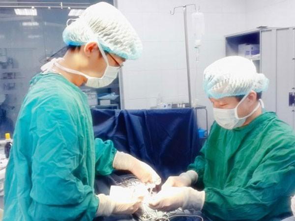 PGS Trần Ngọc Sơn (người đứng bên phải) trong quá trình phẫu thuật cho bé Thanh Bình