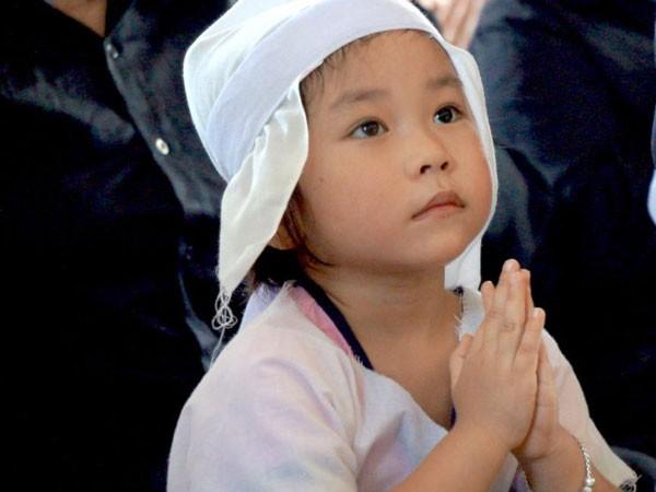 Ánh mắt ngây thơ của cô bé khiến nhiều người đến tham dự lễ viếng không cầm được nước mắt