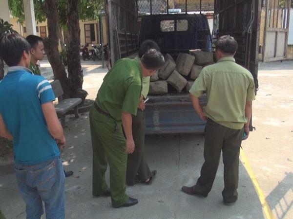 Ô tô chở gỗ lậu