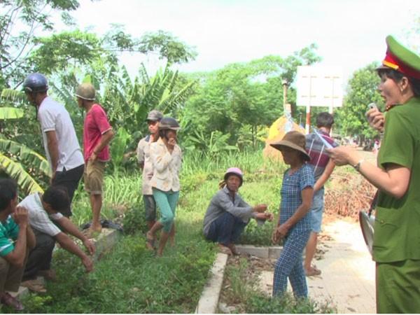 Công an TP Quảng Ngãi dùng loa vận động các hộ dân dừng khai thác cát trái phép