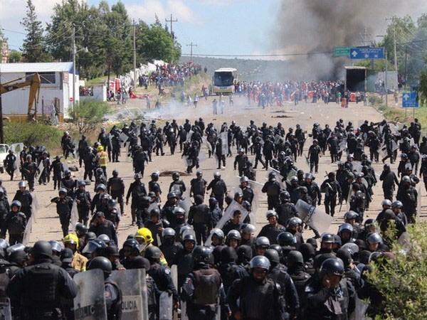 Đụng độ giữa cảnh sát Mexico và giáo viên