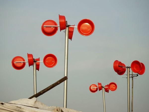 Hệ thống bao gồm cánh quạt hứng gió, cột, mô tơ, ắc qui, bộ điều khiển sạc, nâng áp và 1 bóng đèn led 9W. Do kinh phí hạn chế, cánh hứng gió được tạo thành từ 4 chậu nhựa loại nhỏ, rẻ tiền, trông khá lạ mắt.