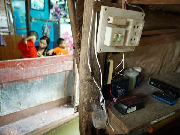 Chiếc ắc quy điện gió bên cạnh các thiết bị điện bên trong một chiếc thuyền.