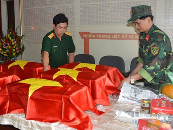 Lực lượng chức năng quy tập 5 bộ hài cốt liệt sĩ về Nghĩa trang liệt sĩ Vị Xuyên để truy điệu, an táng