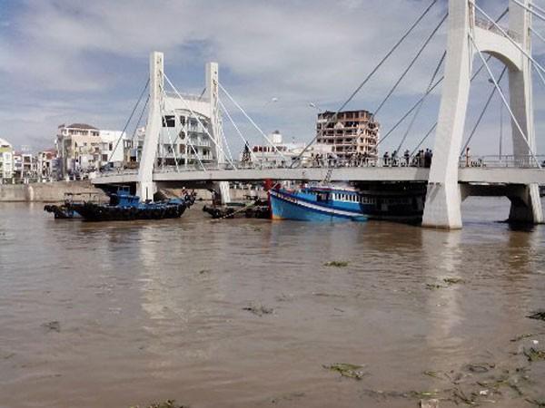 Con tàu đang mắc kẹt dưới gầm cầu