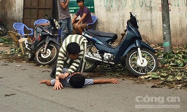 Nghi can Thành diễn tả lại hành động đánh anh Thoại khiến nạn nhân tử vong