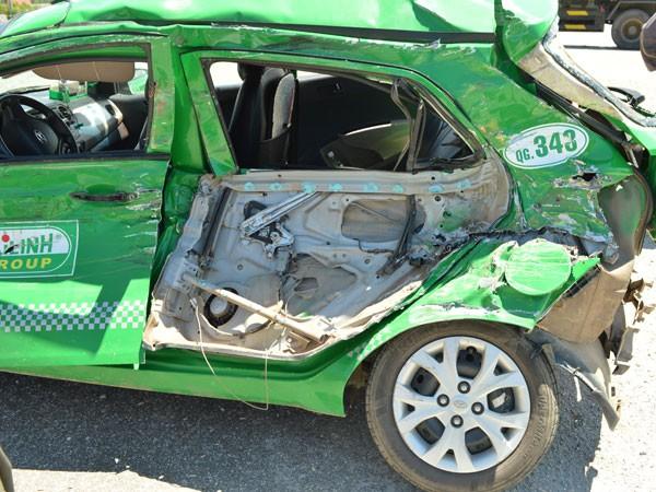 Xe taxi hư hỏng nặng sau tai nạn