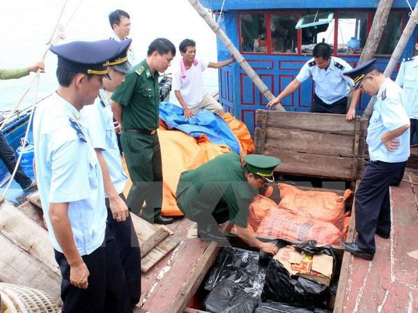 Lực lượng chức năng kiểm tra thu giữ tang vật