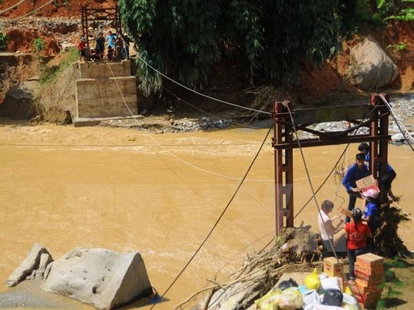 Hàng tiếp tế được vận chuyển bằng cáp treo qua chiếc cầu đã bị sập đến hai thôn Sủng Hoảng 1, Sủng Hoảng 2.
