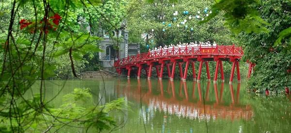Cầu Thê Húc ánh đỏ đặc trưng