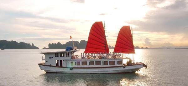 Thuyền buồm căng phồng trên Vịnh Hạ Long