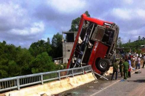 Tai nạn xe khách nghiêm trọng, 1 người chết, 10 người bị thương
