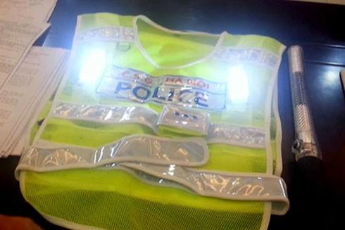 Chiếc áo phản quang có đèn led nhấp nháy sẽ trang bị cho cảnh sát giao thông đội Cảnh sát giao thông trung tâm để thí điểm phân luồng trên các tuyến phố đi bộ