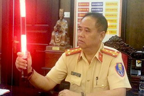Đại tá Đào Vịnh Thắng giới thiệu về chiếc gậy điều khiển giao thông được gắn đèn led