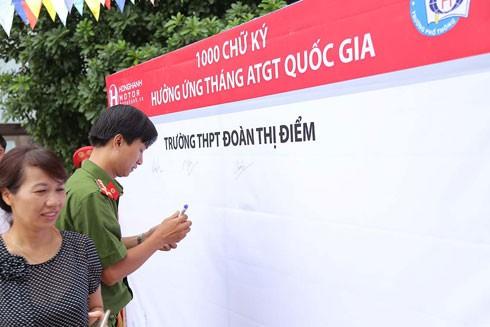 Hơn 1.000 giáo viên cùng học sinh trường THCS Đoàn Thị Điểm ký cam kết đi đúng luật