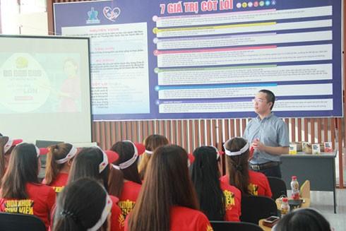 Ông Nguyễn Phan Huy Khôi, Giám đốc đối ngoại công ty đang giải đáp thắc mắc và chia sẻ nhiều thông tin khác về định hướng chiến lược của công ty