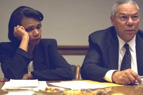 Bà Condolezza Rice ngồi cạnh ông Colin Powell với vẻ thất thần