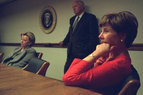 Bà Laura Bush (phải), bà Lynne Cheney và ông Dick Cheney