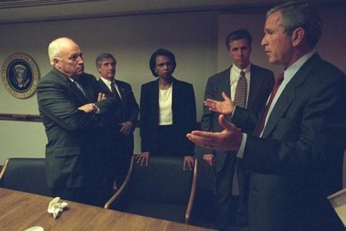 Tổng thống Bush trao đổi với các quan chức cấp cap tại Trung tâm Phản ứng Khẩn cấp