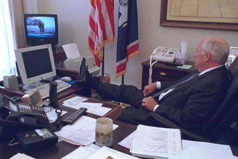 Phó Tổng thống Dick Cheney tranh thủ nghỉ ngơi trong lúc theo dõi tin tức trên truyền hình về vụ tấn công tòa tháp đôi
