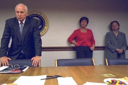 Phó Tổng thống Dick Cheney, vợ ông là bà Lynne Cheney và đệ nhất phu nhân Laura Bush (giữa) trong buổi báo cáo tình hình khẩn cấp