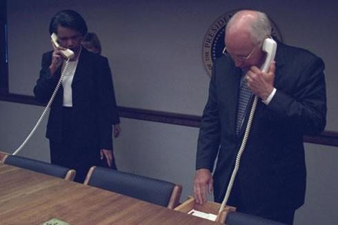 Cố vấn An ninh Quốc gia và Phó Tổng thống gọi điện thoại trên đường dây bảo mật từ boong ke an toàn của Nhà Trắng