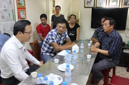 Thay mặt Ủy ban ATGT Quốc gia ông Khuất Việt Hùng - Phó Chủ tịch chuyên trách đã tới chia buồn cùng gia đình cháu Trần Minh Hoàng