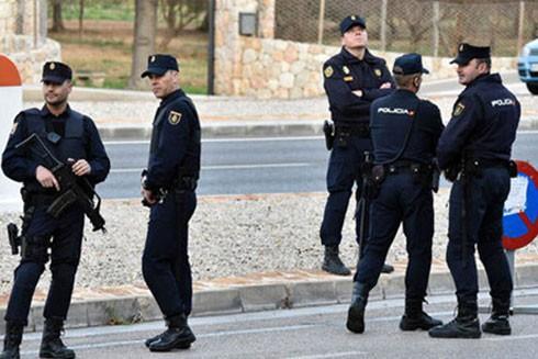 Lực lượng an ninh Tây Ban Nha làm nhiệm vụ trên đường phố