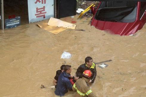 Người dân được sơ tán khỏi vùng ngập nặng