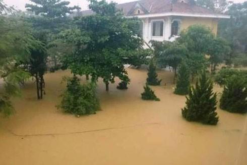 Nhiều nơi ở Quảng Bình ngập trong nước, 5 người chết và mất tích