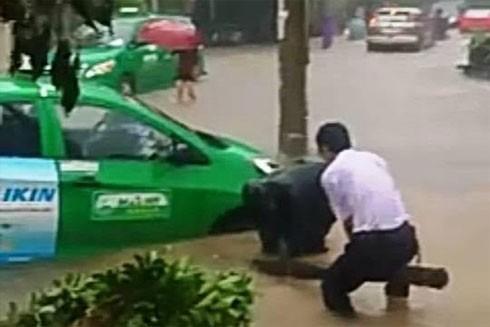 Mưa lớn khiến nhiều tuyến đường tại thành phố Đồng Hới ngập trong nước